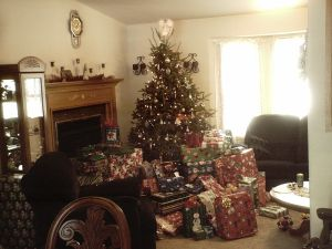 800px-Christmas_tree_with_lots_of_presents_2