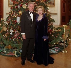 Bill_and_Hillary_Clinton_Christmas_Portrait_1999_(cropped1)