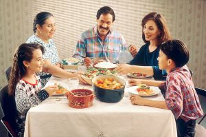800px-Family_eating_meal